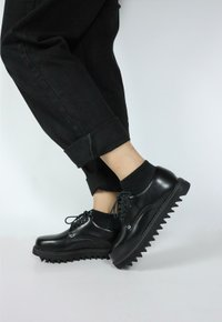 Shark Soled - All Black (vegan)